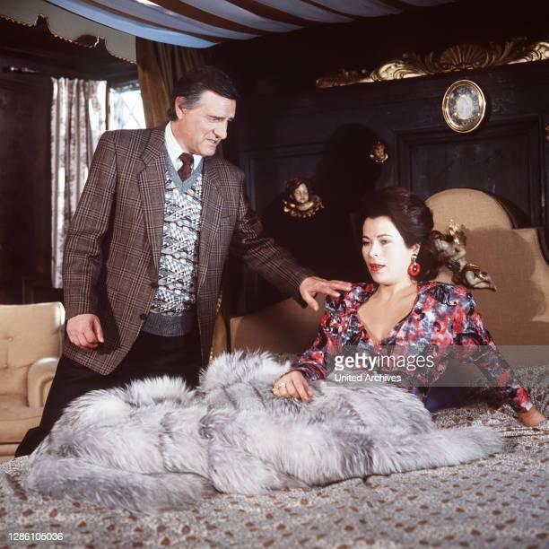 """Der Abgeordnete Alfred Löffler findet plötzlich die reiche Amerikanerin in seinem Bett vor. Regie: Franz Josef Gottlieb aka. Nach """"A surfeit of..."""