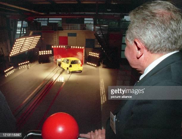 Der ADACPräsident Otto Flimm beobachtet am 3091999 bei der Eröffnung der neuen Crashtestanlage im ADACTechnikZentrum in Landsberg am Lech einen...
