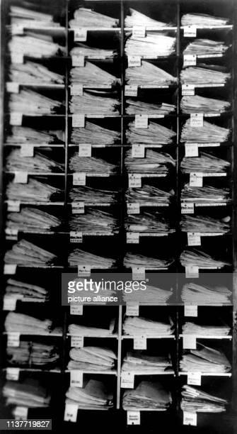 Der Aktenschrank mit den Ordnern zum Fall Kürten Am 22 April 1931 wurde Peter Kürten wegen Mordes in neun Fällen und weiteren Delikten vom...