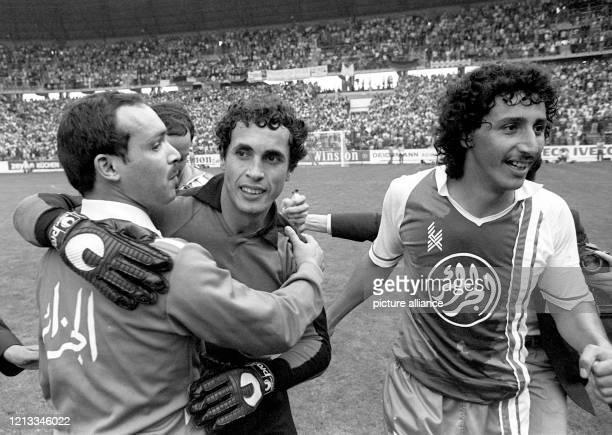 Der algerische Trainer Mahiedieme Khalef , Torhüter Mehdi Cerbah und Mittelfeldspieler Djamel Zidane bejubeln ihren Triumph bei Spielende:...