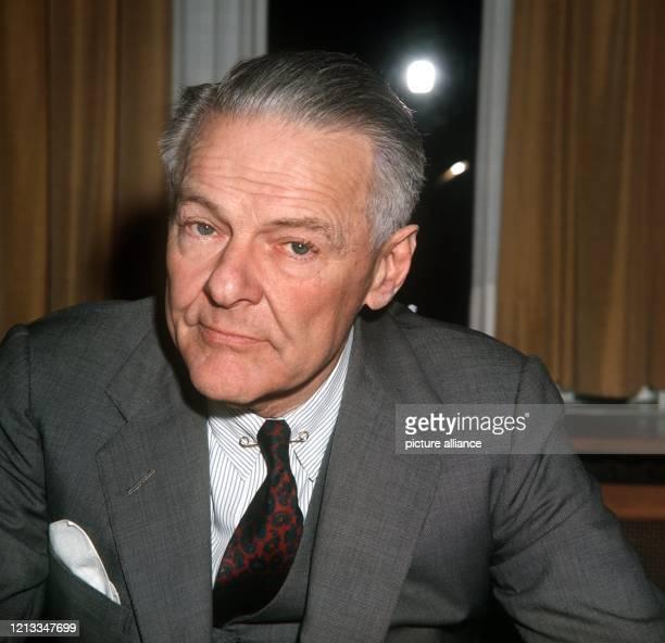 Der amerikanische Botschafter in Bonn , Henry Cabot Lodge, an seinem Schreibtisch. Nach einer journalistischen Karriere - 1930 interviewte er...