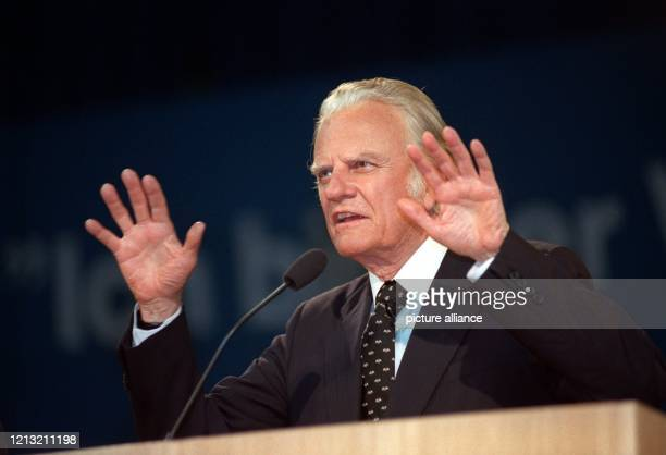 Der amerikanische Evangelist während der Veranstaltung Pro Christ 93 am 17 März 1993 in der GrugaHalle in Essen Billy Graham führt seit den 40er...