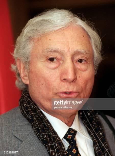 Der amerikanische Fotograf Tony Vaccaro aufgenommen am 1131999 bei der Eröffnung seiner Ausstellung in Frankfurt