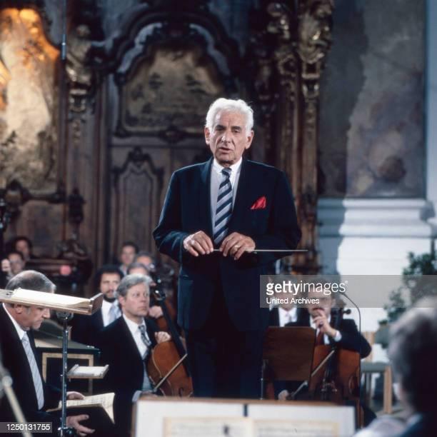 """Der amerikanische Pianist, Komponist und Dirigent Leonard Bernstein dirigiert in der Basilika Ottobeuren das Haydn Oratorium """"Die Schöpfung"""",..."""