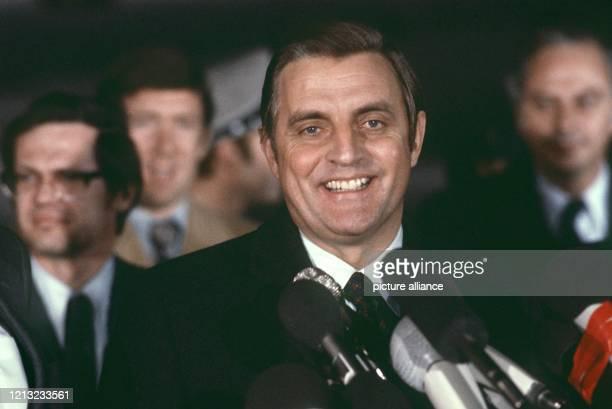 Der amerikanische Politiker und Jurist Walter F Mondale am 24 Januar 1977 während seines Antrittsbesuchs als Vizepräsident in Bonn Seine politische...