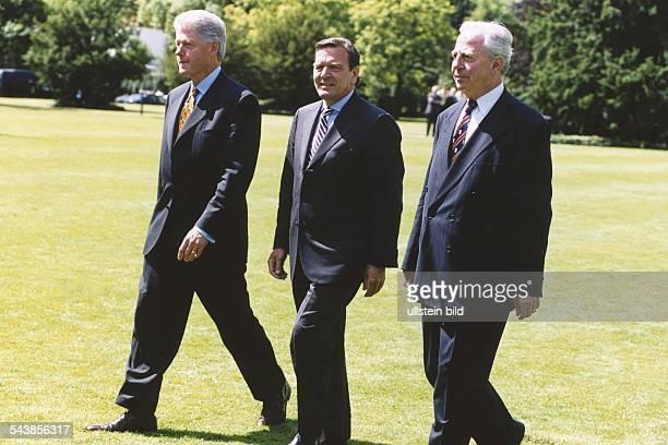 Der amerikanische Präsident Bill Clinton der deutsche Bundeskanzler Gerhard Schröder und der Generalsekretär der NATO Javier Solana am 2161999 in Bonn