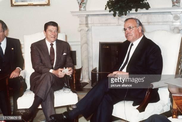 Der amerikanische Präsident Ronald Reagan am 15 April 1983 im Weissen Haus in Washington DC im Gespräch mit Bundeskanzler Helmut Kohl Vor seiner...