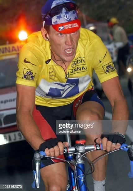Der amerikanische Radprofi Lance Armstrong fährt am 13.7.1999 auf der zehnten Etappe der Tour de France über 213 Kilometer von Grand-Bornand auf den...