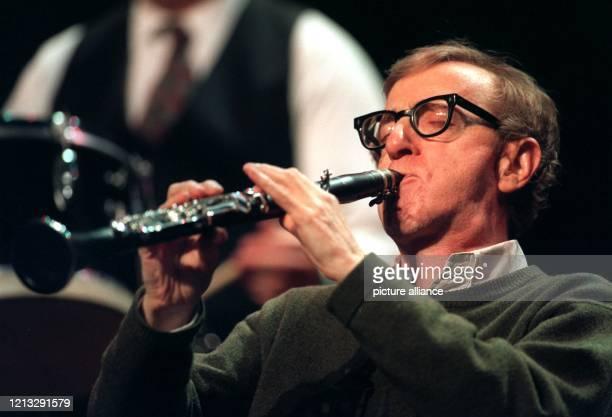 Der amerikanische Regisseur und Schauspieler Woody Allen spielt während seiner EuropaTournee am 1431996 in der Alten Oper Frankfurt die Klarinette...
