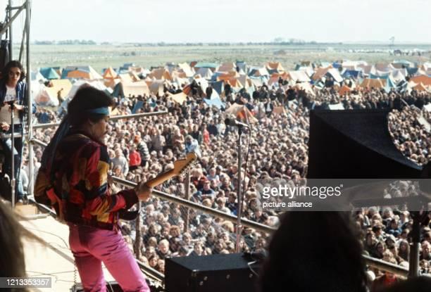 Der amerikanische Rocksänger und Gitarrist Jimi Hendrix bei seinem Auftritt auf dem Pop-Festival auf der Ostsee-Insel Fehmarn im September 1970.