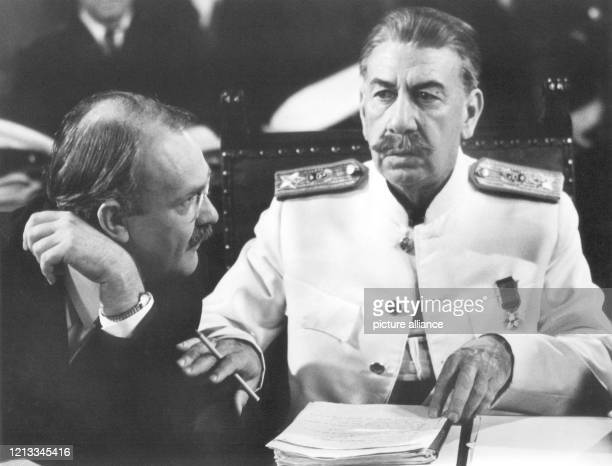"""Der amerikanische Schauspieler Jose Ferrer als Stalin während der Dreharbeiten zu dem amerikanischen Fernsehfilm """"Meeting at Potsdam"""" am 18...."""