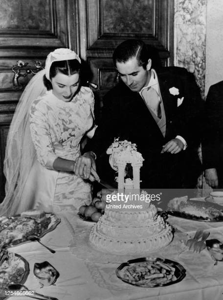 Der amerikanische Schauspieler Tyrone Power schneidet mit seiner Braut Linda Christian die Hochzeitstorte an Italien 1940er Jahre