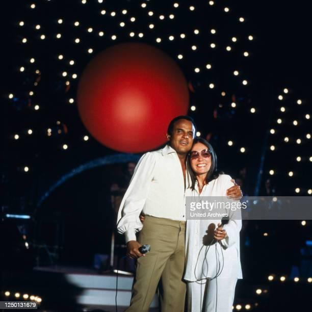 Der amerikanische Sänger, Entertainer und Schauspieler Harry Belafonte bei einem Auftritt mit Nana Mouskouri, Deutschland 1980er Jahre.
