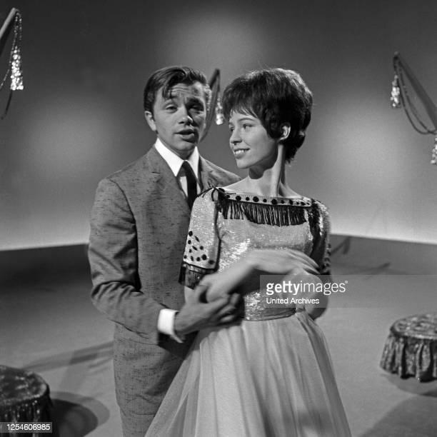 """Der amerikanische Sänger Gus Backus und die Sängerin Susie Ball zu Gast in der Musiksendung """"Musik aus Studio B"""", Deutschland 1960er Jahre."""