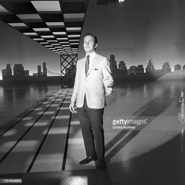 """Der amerikanische Sänger Pat Boone zu Gast in der Musiksendung """"Musik aus Studio B"""", Deutschland 1960er Jahre."""