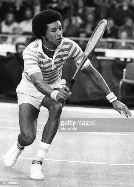 Der amerikanische Tennisspieler Arthur Ashe beim Ballwechsel Undatiertes Foto