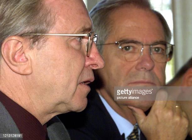 Der amtierende Präsident des Bayerischen Roten Kreuz Heinz Köhler und der Unternehmensberater Roland Berger stellen am auf einer Pressekonferenz in...