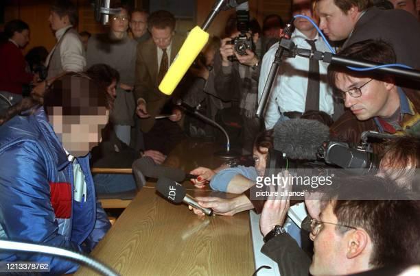 Der Angeklagte Bernd B. Am im Gerichtssaal, umringt von Fotografen und Reportern. Vor dem Mainzer Landgericht hat am das bundesweit größte...