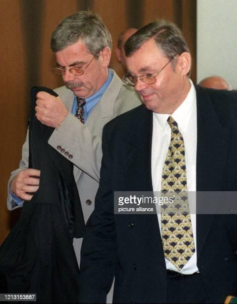 Der angeklagte Merck-Abteilungsleiter Wolfgang Hömlein mit einem seiner Rechtsanwälte zu Beginn des Prozesses am 9.8.1999 vor dem Landgericht in...