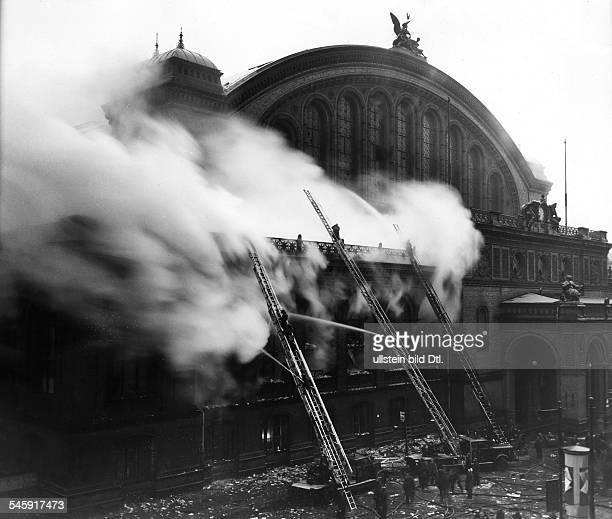 Der Anhalter Bahnhof in Berlinbrennt aus den Räumen derGepäckaufbewahrung schlagen Flammen