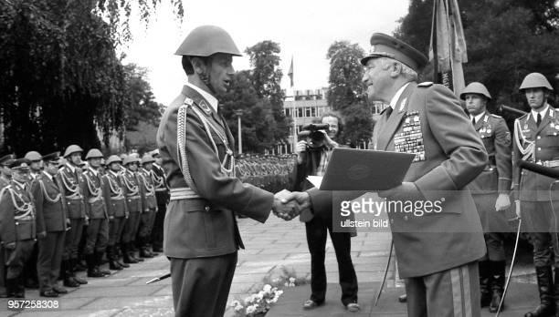 Der Armeegeneral der NVA und Minister für Nationale Verteidigung der DDR Heinz Hoffmann verabschiedet im Juli 1983 Absolventen der Militärakademie...
