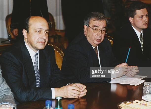 Der Außenminister von Russland Igor Iwanow und der Ministerpräsident von Russland Jewgeni M Primakow sitzen an einem Konferenztisch Aufgenommen...