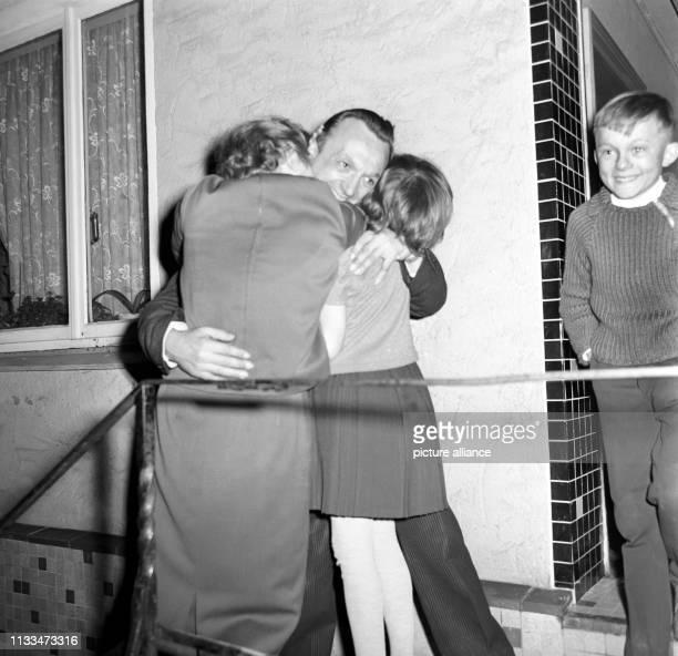 Der aus belgischer Haft entlassene 40 Jahre alte DeutschBelgier Josef Schmetz den König Baudouin begnadigt hatte traf am in seinem Heimatort...