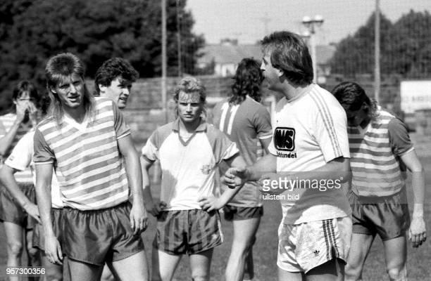 Der aus Braunschweig gekommene neue Trainer Uwe Reinders trainiert am am Rostocker Ostseestadion das Team des FC Hansa Rostock Hier spricht der...