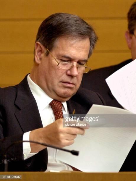 Der baden-württembergische Finanzminister Gerhard Stratthaus blättert am 10.2.2000 im Landtag in Stuttgart während der dritten Lesung zum...