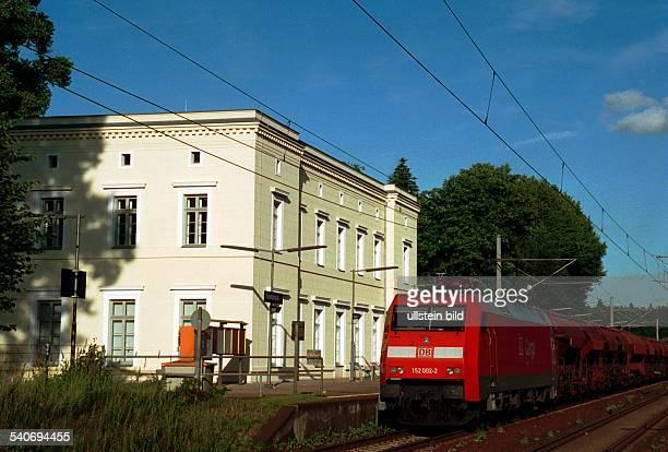 Der Bahnhof von Friedrichsruh in SchleswigHolstein mit dem BismarkMuseum Vor dem Gebäude hält ein Zug der Deutschen Bahn am Bahnsteig Bismark Museum