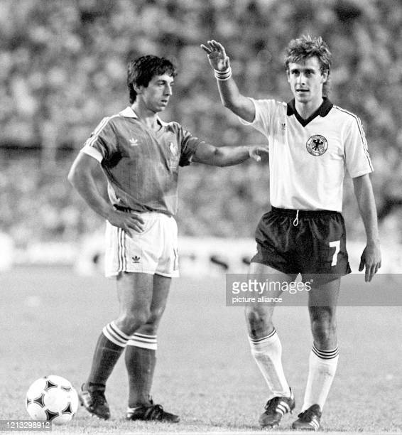 Der Ball ruht neben dem deutschen Mittelfeldspieler Pierre Littbarski und dessen französischen Gegenspieler Alain Giresse. Die deutsche...