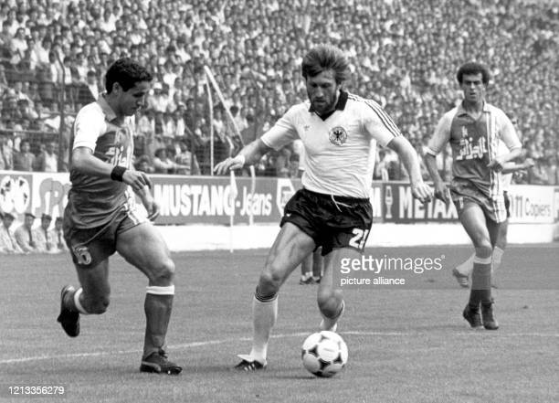 Der ballführende deutsche Abwehrspieler Manfred Kaltz wird vom algerischen Verteidiger Fawzi Mansouri attackiert. Die deutsche...