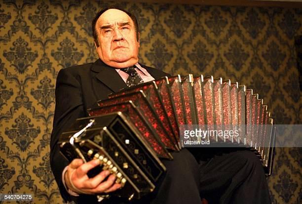 Der BandoneonVirtuose José Libertella in der BroadwayShow 'Tango Pasión' Musical Bandoneonist Bandoneonspieler