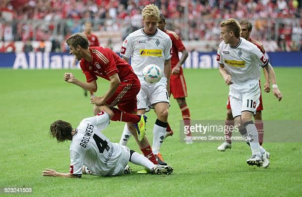 Der BayernSpieler Thomas Mueller und die BorussiaSpieler Roel Brouwers Mike Hanke und Marco Reus kaempfen beim BundesligaSpiel zwischen dem FC Bayern...
