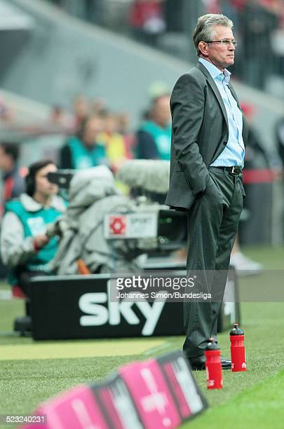 Der Bayern-Trainer Jupp Heynckes beobachtet das Bundesliga Spiel zwischen dem FC Bayern Muenchen und Borussia Moenchengladbach am in der Muenchner...