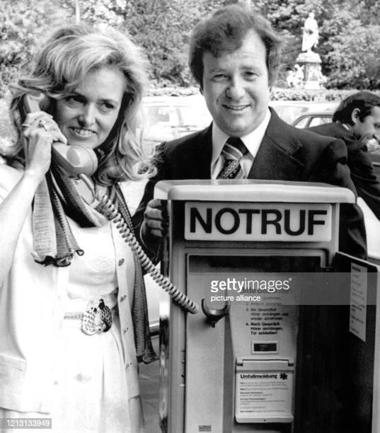 Der Begründer der Stiftung zur Rettung von Unfallopfern im Straßenverkehr über Notrufsäulen, Siegfried Steiger - hier mit Ehefrau Ute an einer...
