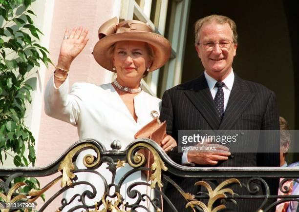 Der belgische König Albert II und Königin Paola winken am 1071995 vom Balkon des Bonner Rathauses den Menschen zu Albert feiert am 661999 seinen 65...