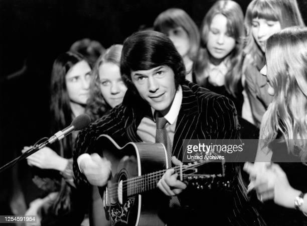 """Der belgische Musiker, Liedermacher und Schlagersänger Salvatore Adamo bei einem Auftritt in der Fernsehshow """"Starparade"""" am 12 Mai 1978."""