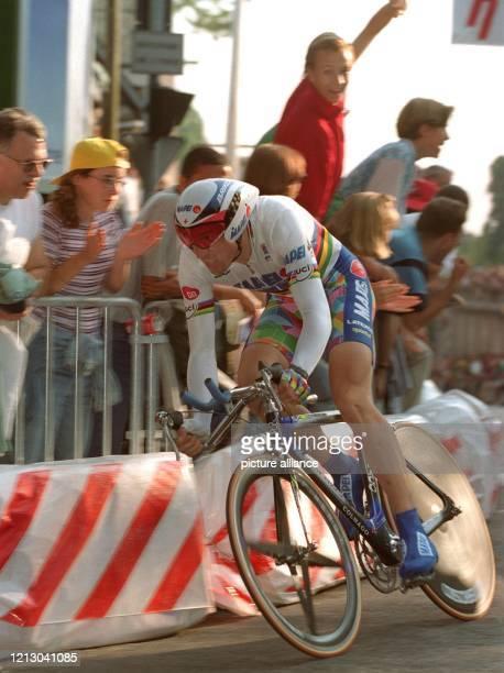Der belgische Radprofi Laurent Roux in Aktion im Trikot des Weltmeisters am 571997 im nordfranzösischen Rouen beim 73kmZeitfahrProlog der 84 Tour de...