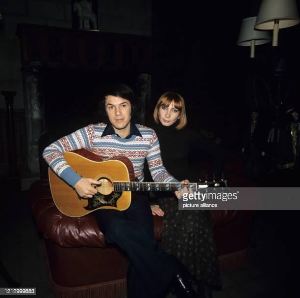Der belgische Schlagersänger Adamo mit seiner Frau Nicole in seinem Haus bei Paris am Foto Roland Witschel dpa Report