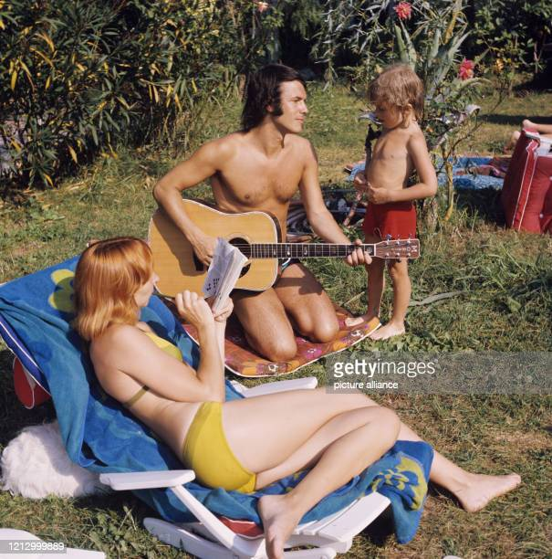 Der belgische Schlagersänger Salvatore Adamo mit Ehefrau Nicole uns Sohn Anthony am bei Cannes Foto Horst Ossinger dpa Report