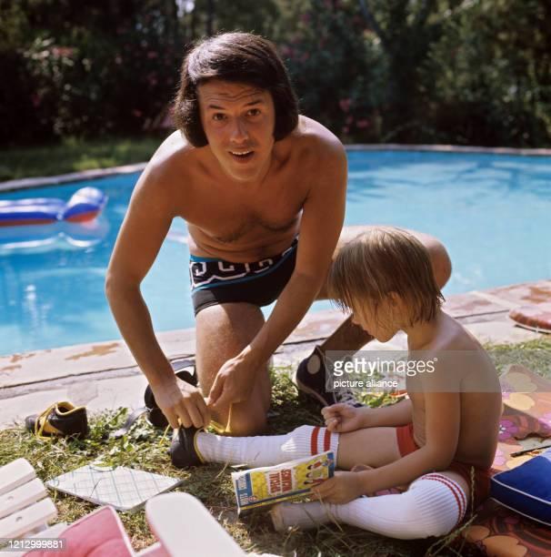 Der belgische Schlagersänger Salvatore Adamo mit seinem Sohn Anthony in seinem Landhaus bei Cannes am Foto Horst Ossinger dpa Report