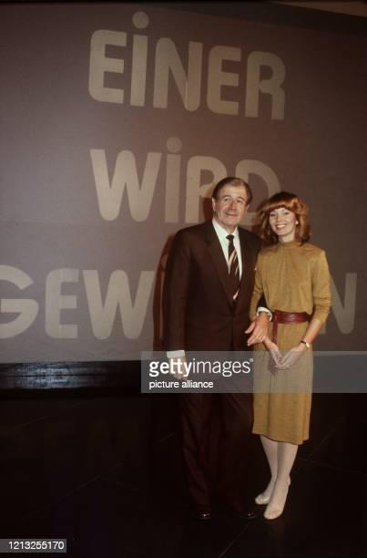 Der beliebte ShowMaster Hans Joachim Kulenkampff mit seiner Assistentin Gaby Kimpfel vor dem Logo der Show aufgenommen im September 1979
