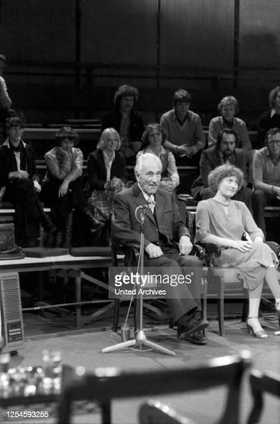 """Der Bergsteiger Luis Trenker zu Gast in der ZDF Sendung """"Das ist Ihr Leben"""" für Hermann Gmeiner, den Gründer der SOS Kinderdörfer, Ende 1970er Jahre."""