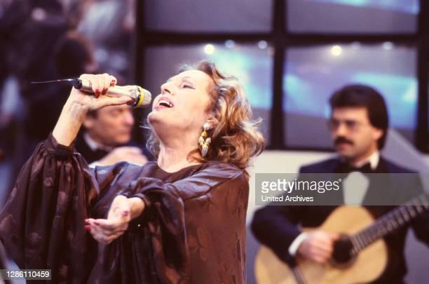 Der berühmte portugiesische Fado-Sänger AMALIA RODRIGUES , auf der Bühne .