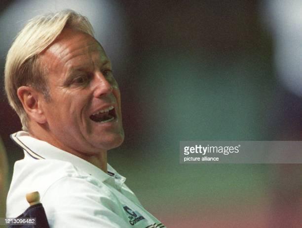 Der Berliner Hertha-Trainer Jürgen Röber ruft ins Spielfeld und versucht die Aktionen seiner Elf am 6.8.1999 im Berliner...