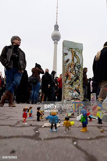 Der Berliner Künstler Hans Martin Fleischer zeigt bei einer Demonstration vor dem Roten Rathaus den Kampf um die East Side Gallery anhand von...