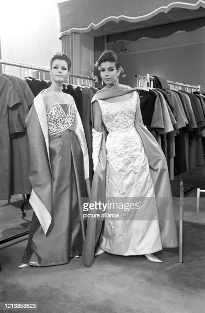 """Der Berliner Modeschöpfer Heinz Ostergaard kennzeichnet seine Kollektion für Herbst und Winter 1963/64 als """"Soft-Look"""". Das Bild vom zeigt zwei..."""