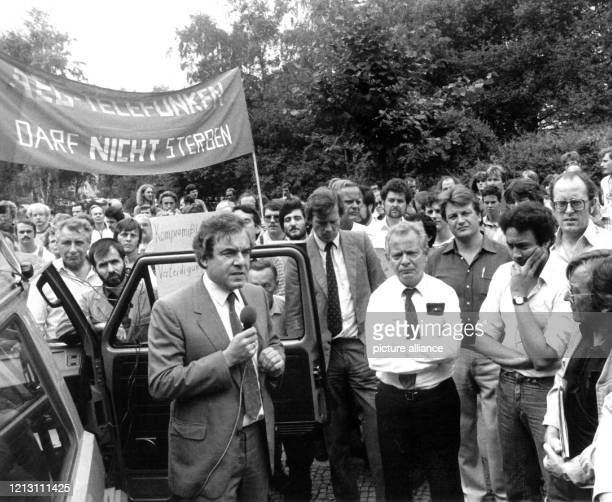 Der Berliner Wirtschaftssenator Elmar Pieroth spricht am 10 August 1982 zu besorgten AEGMitarbeitern Einen Tag zuvor hatter der Vorstand des...