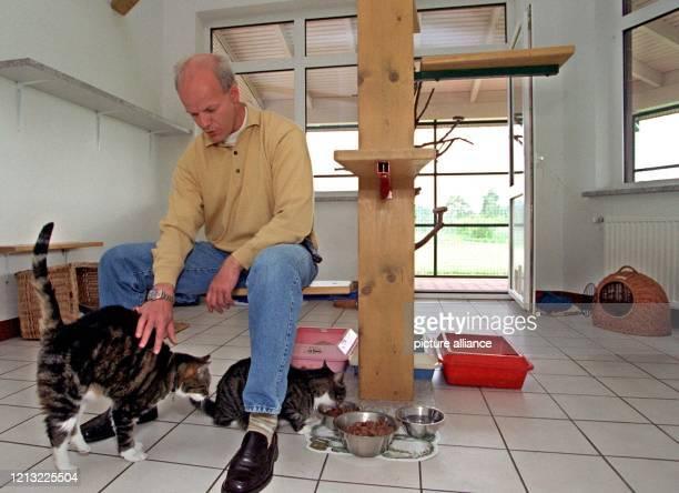 Der Betreiber des Hunde und Katzenhotels am Kiekutsee bei Bremen Raymond Lüthjohann führt am 26 Mai 1998 eines der Appartements mit Terrasse im neuen...